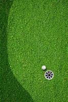 de bal bij de hole op de golfbaan foto