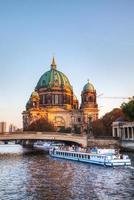 berliner dom kathedraal in de avond foto