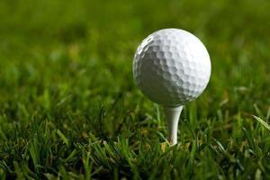 golfbal en gras foto