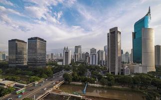 de skyline van Jakarta bij daglicht foto