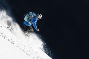 skiër in verse sneeuw