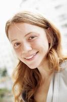 portret van jonge blonde vrouw foto