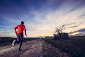 trail running bij de zonsondergang foto