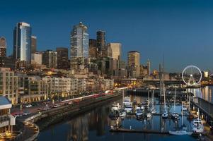 Seattle waterkant bij zonsondergang foto