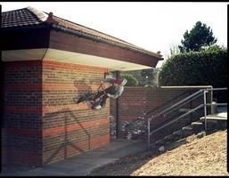 gat van trap naar muur over rail - extreme sporten foto