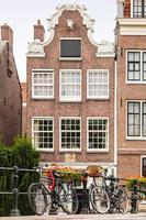 fietsen op een Amsterdamse kanaalbrug