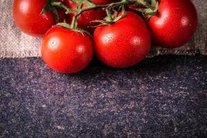 tomaten op zwarte steen foto