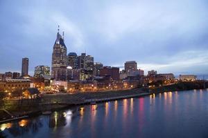 Nashville bij schemering en lichten op water