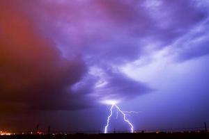 blikseminslag op vliegveld foto