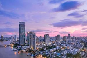 skyline van bangkok bij schemering