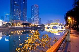 Chengdu, China hejiangting, kiosken bruggen nacht foto