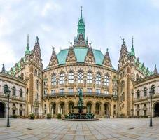 prachtige stadhuis van hamburg met hygieia fontein uit binnenplaats, Duitsland foto