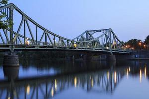 glienicker-brug in de avond foto