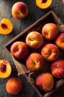 rauwe biologische gele perziken foto