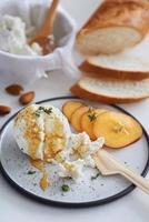 Ricotta kaas voorgerecht met honing en fruit foto