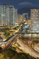 woongebouwen en snelweg foto