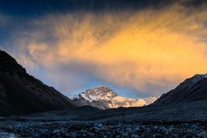 zonsondergang op het basiskamp van everest foto