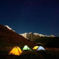 tenten in de in caucasus vallei foto