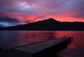 inktzwarte zonsondergang over meer foto