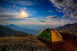 tent geconfronteerd met zonsondergang foto