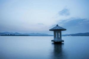 waterscape van meer bij schemerlicht, China
