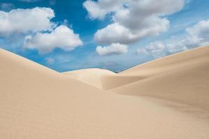 zandduinen in de woestijn van viana deserto de viana in boavista foto