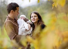 familie samen ontspannen in de herfst de natuur foto