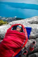 vrouw in slaapzak op de berg foto