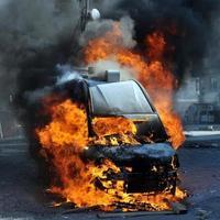 brandend busje met grote vlammen en zwarte rook foto