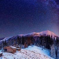 fantastische winter meteorenregen en de met sneeuw bedekte bergen foto