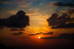 bewolkte zonsondergang foto