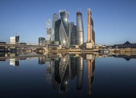 het zakencentrum van de stad Moskou bij zonsopgang