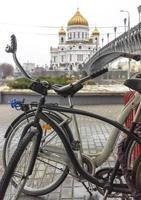twee oude fietsen geparkeerd foto
