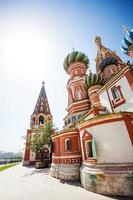 Saint Basil's Cathedral op zonnige dag in Moskou foto