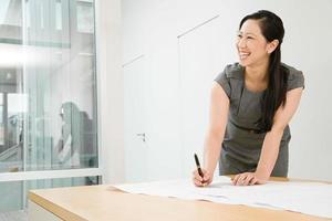 glimlachende vrouwelijke architect foto
