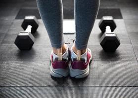 vrouwelijke benen op sportschool foto