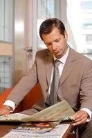 zakenman krant lezen foto