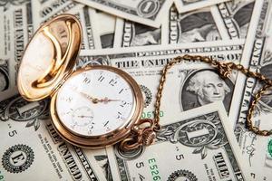 gouden horloge en dollarbiljetten foto