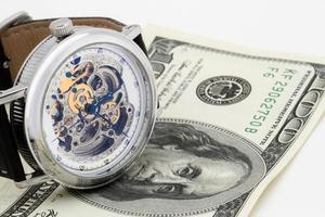 klok en geldclose-up. tijd is geld concept foto