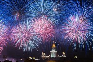 vuurwerk. vuurwerk. Staatsuniversiteit van Moskou. Moskou