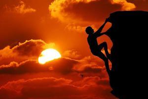 teamwork paar wandelen helpen elkaar vertrouwen bijstand silhouet i foto
