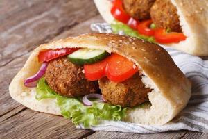 falafel met groenten in horizontale pitabroodclose-up foto