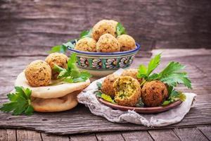 verse falafel ballen geserveerd op een houten bord foto