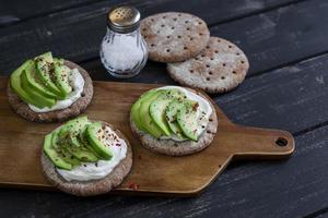 gezonde avocadosandwiches. gezond ontbijt of tussendoortje foto