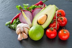 guacamole ingrediënten - avocado, tomaten, ui, knoflook, limoen, peterselie foto