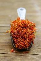 saffraan kruiden op een houten achtergrond macro-opname soft focus foto