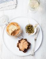 gebakken vleespastei in kruik en op brood gastronomisch voedsel foto