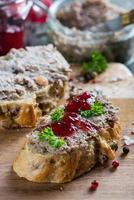 kippenlever of ganzenpastei op volkorenbrood strooien foto