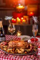 Turkije op kerst versierde tafel foto