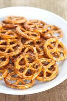 close - up gebakken brood pretzel snack foto